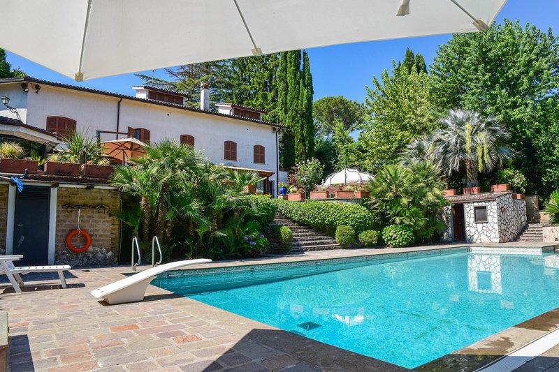 Villa with private pool, billiard, fenced garden 30km northern Rome., casa vacanza a Riano
