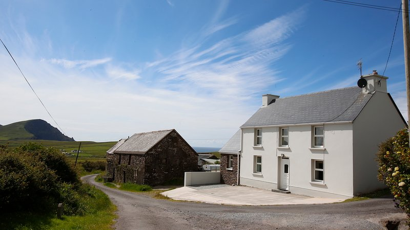 Ballydavid Farmhouse - Traditional Irish home, holiday rental in Cloghane