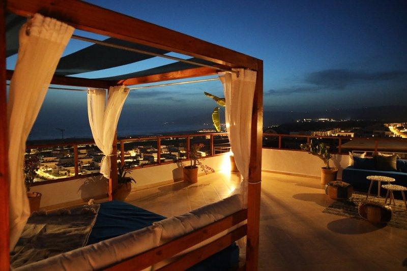 Luxury 3-Bed-Apartment with Rooftop Terrace-Netflix-Seaview in Tamraght, location de vacances à Tamraght