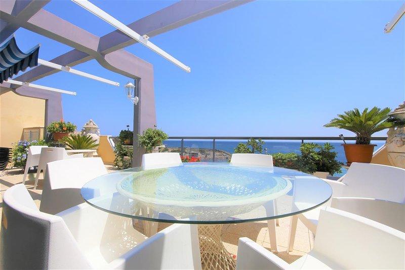 Incantevole zona pranzo extra esterna con splendida vista sul mare