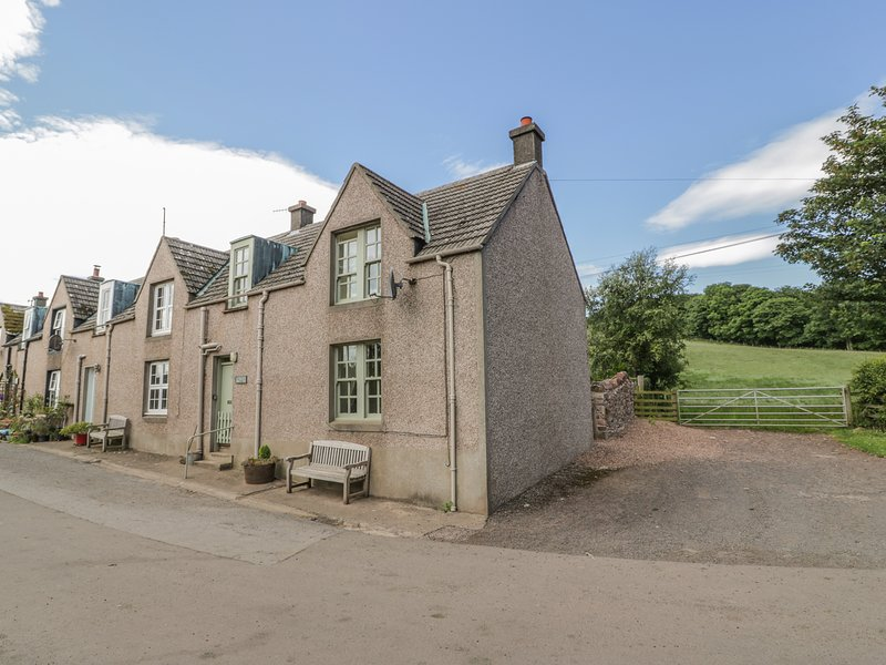 NEAR BANK COTTAGE, pet friendly, character holiday cottage, with open fire in, holiday rental in St Abbs