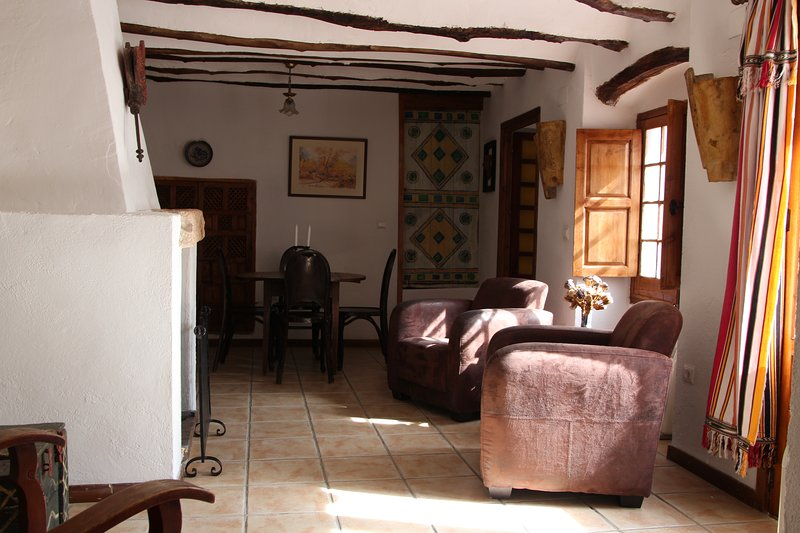 El living / comedor con cómodos sillones y mesa de comedor con cuatro sillas.