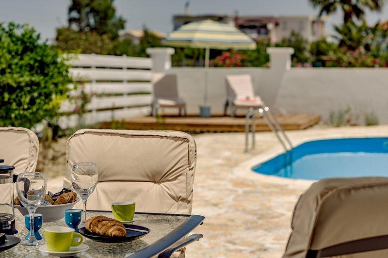 Villa Phoenix lovely new holiday villa with private swimming pool!, location de vacances à Pefkakia