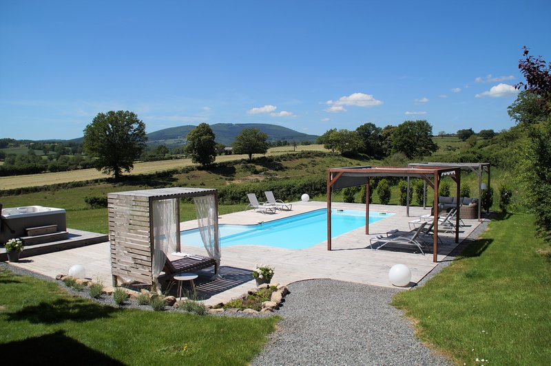 Gîtes Le Lait - Luxury holiday house with heated pool and jacuzzi, aluguéis de temporada em Millay