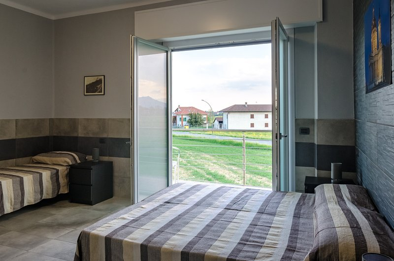 1 Camera tripla con bagno privato e vista sulle Alpi, holiday rental in Mezzenile