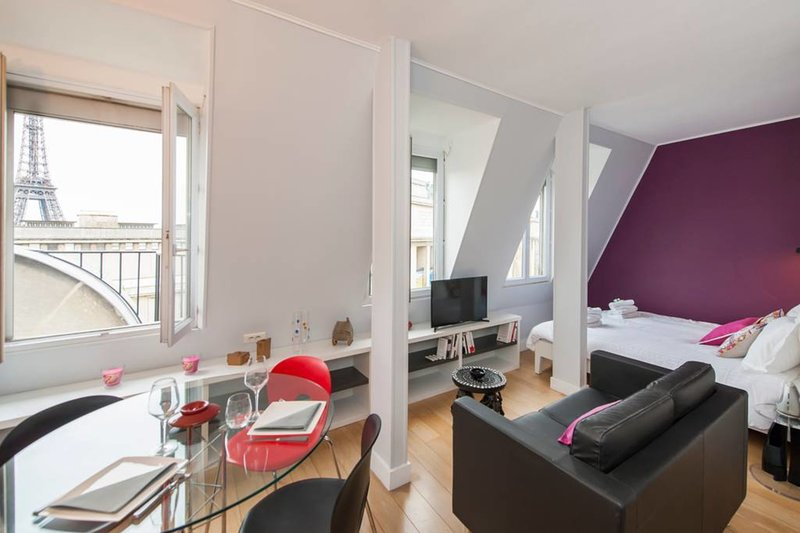 Superb studio with Eiffel Tower view!, holiday rental in Neuilly-sur-Seine