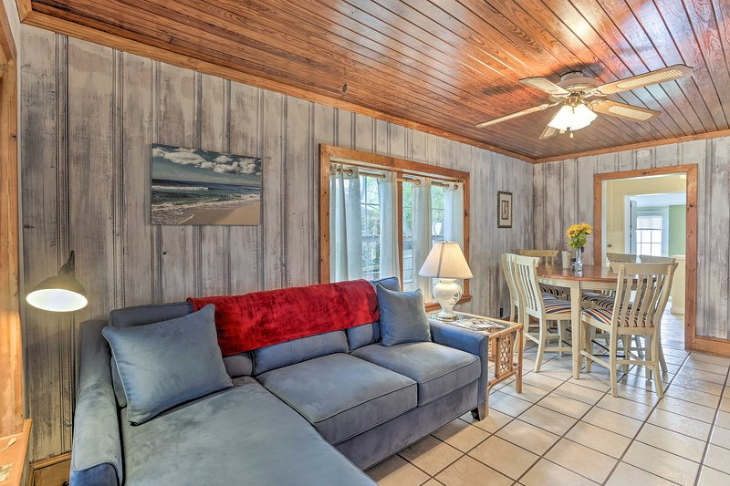 Esta acogedora casa de campo 2BR / 1BA es la elección perfecta para sus próximas vacaciones en PCB.