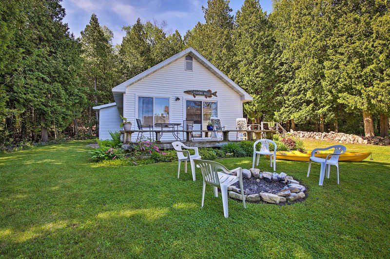 Cottage in Roweleys Bay w/Deck & Fall Colors!, holiday rental in Gills Rock