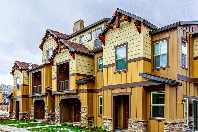 Spacious, modern townhouse w/ shared pool & hot tub - close to shopping & dining Chalet in Park City