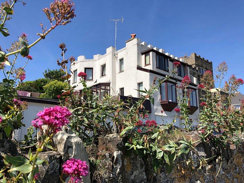 THE FORT, sea views, beach nearby, WiFi, in Bude, location de vacances à Lynstone
