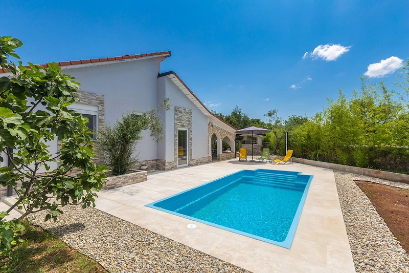 Pinezici Holiday Home Sleeps 6 with Pool Air Con and WiFi - 5823114, holiday rental in Merag