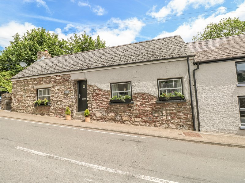 SNOWDROP COTTAGE, dog-friendly, exposed wooden beams, in Laugharne, Ref 949428, location de vacances à Ferryside
