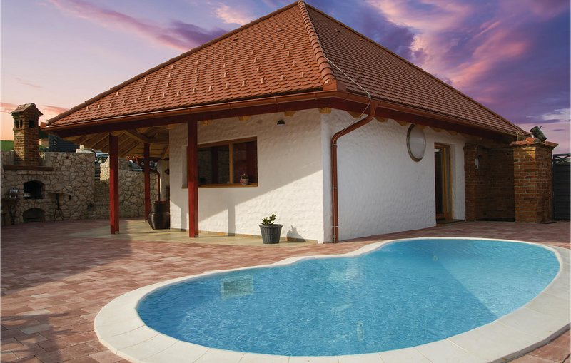 Beautiful home in Bodonci with Outdoor swimming pool, WiFi and Outdoor swimming, alquiler vacacional en Riegersburg