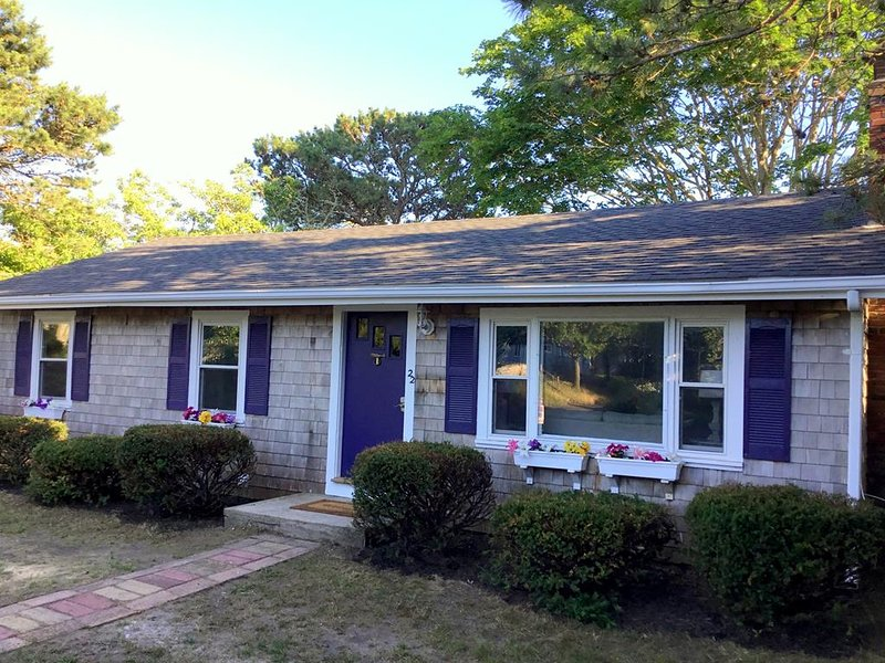 BEACHES just 100 yards away! REMODELED HOME !! 143223, location de vacances à South Yarmouth