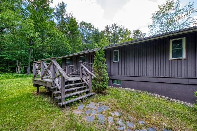 Cozy, secluded cabin with private sauna! Walk to ski lift!, vacation rental in Rumford
