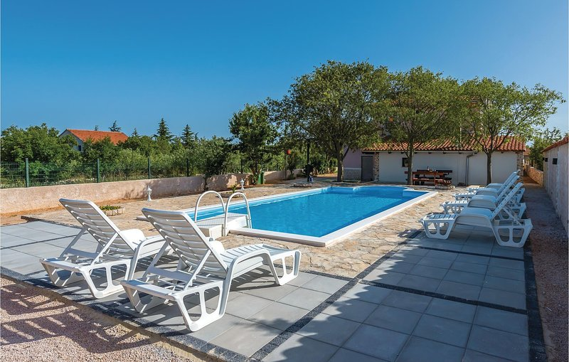 Stunning home in Cista Velika with Outdoor swimming pool, Outdoor swimming pool, casa vacanza a Velika Cista