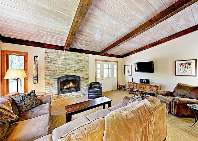 Newly Renovated Vail Valley Escape with Balcony, Free Shuttle to Slopes, holiday rental in Minturn