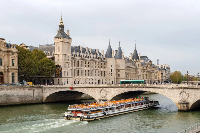 The apartment is less than 200m from the beautiful Seine