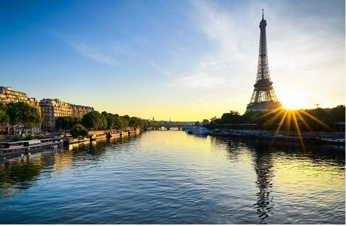 The Seine river is simply stunning at dawn