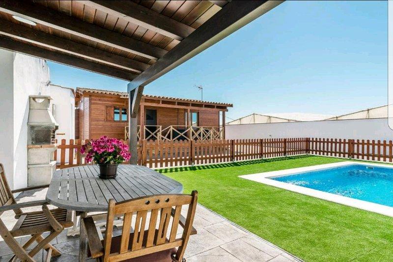 Casa exclusiva a 5 min de la playa, barbacoa y piscina privada., holiday rental in Conil de la Frontera