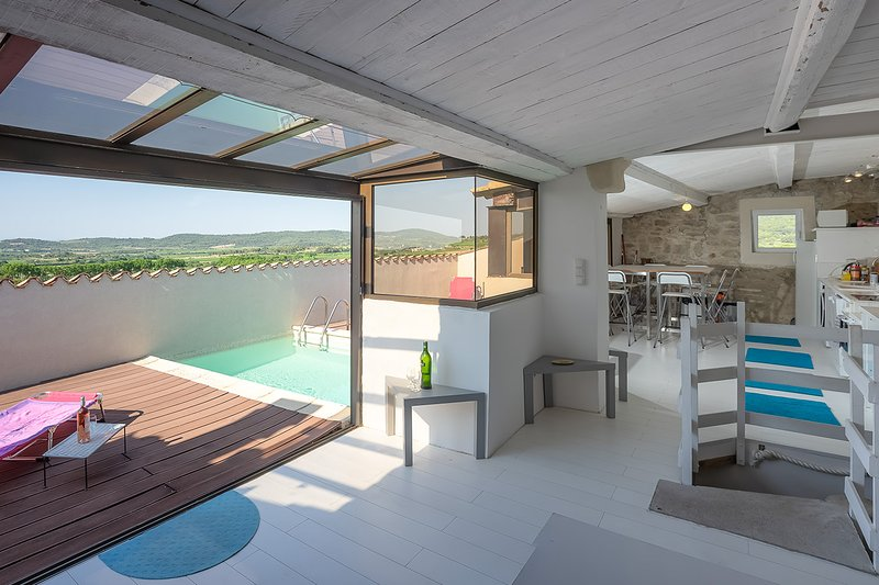 Spacious fort with rooftop pool and breathtaking views, holiday rental in La Caunette