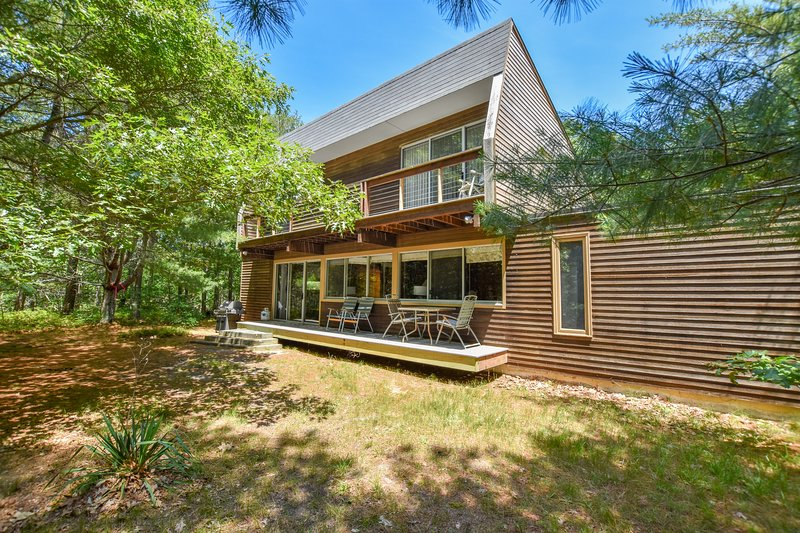#201: Central yet secluded location in a Modern home 5 minutes to the beach!, vacation rental in Truro
