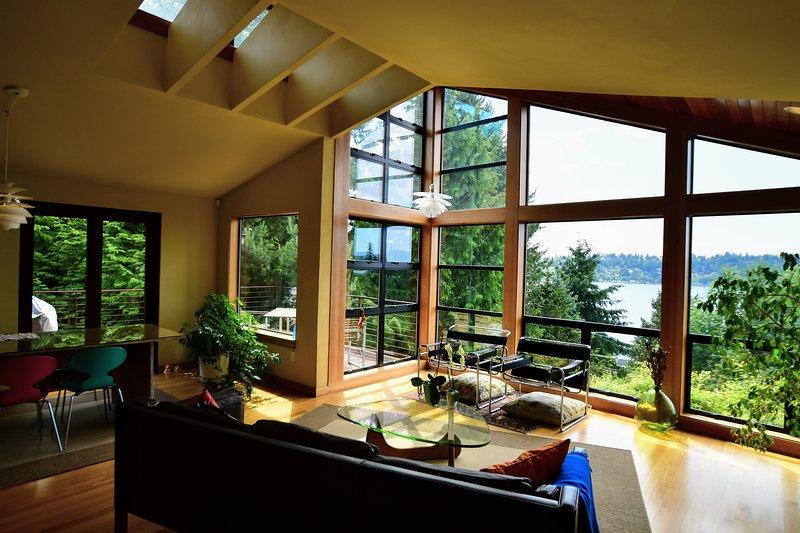 Scandinavian modern w views of Lake Washington in quiet wooded area, location de vacances à Kirkland