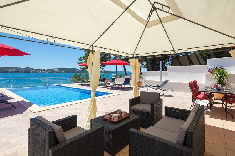 SPECTACULAR LUXURY BEACH APARTMENT WITH BRAND NEW/2019/ INFINITY POOL – semesterbostad i Trogir