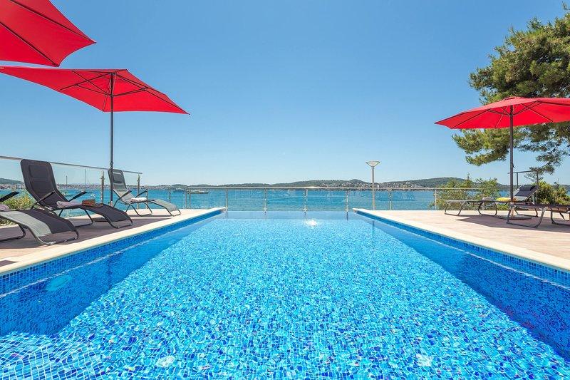 La nostra eco-piscina è sicura al cento per cento: non contiene alcun prodotto chimico o cloro, solo sale.