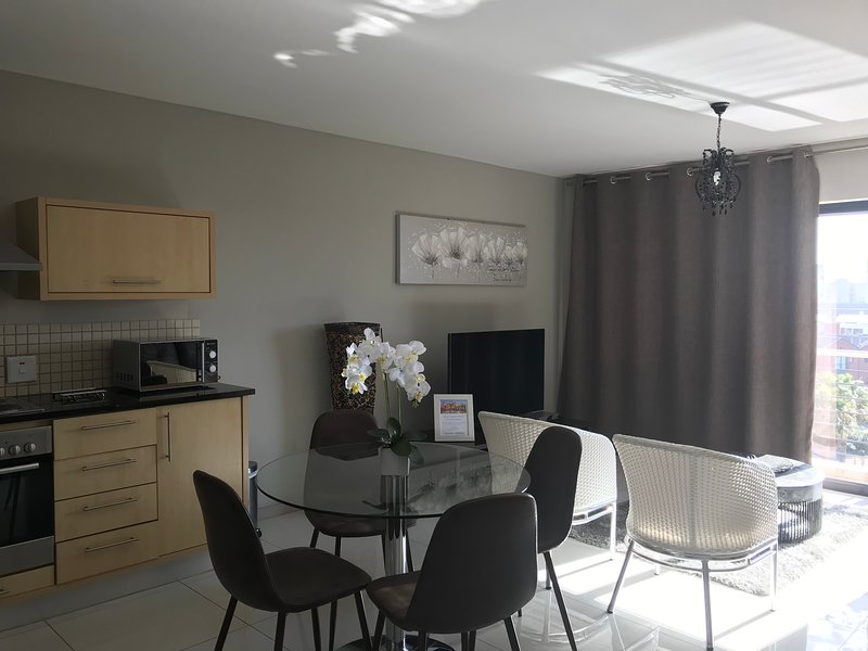 1 bedroom furnished apartment in Century City Cape Town, free WiFi free parking, vacation rental in Century City