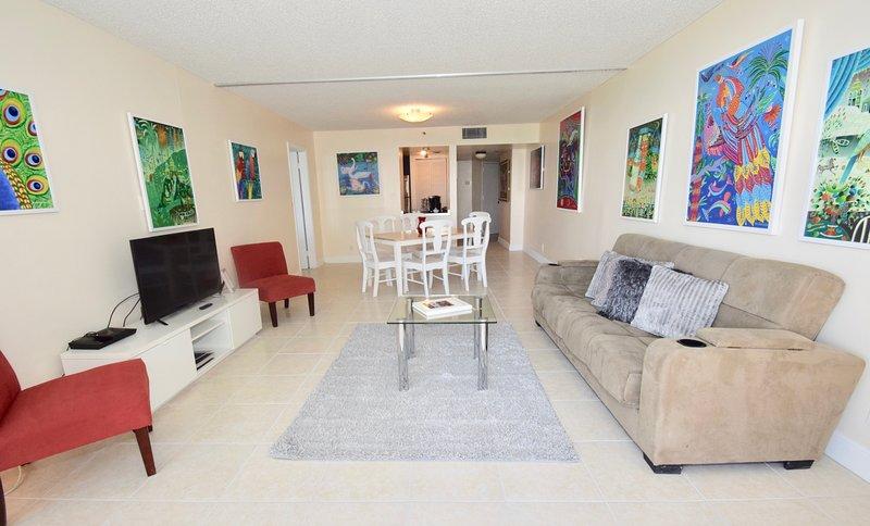 Soggiorno, accesso al balcone, divano futon, tv in streaming Roku, zona pranzo