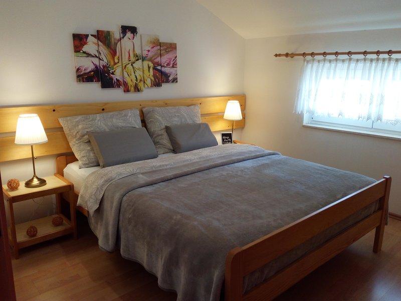 Orange apartment  with balcony, aluguéis de temporada em Vodice