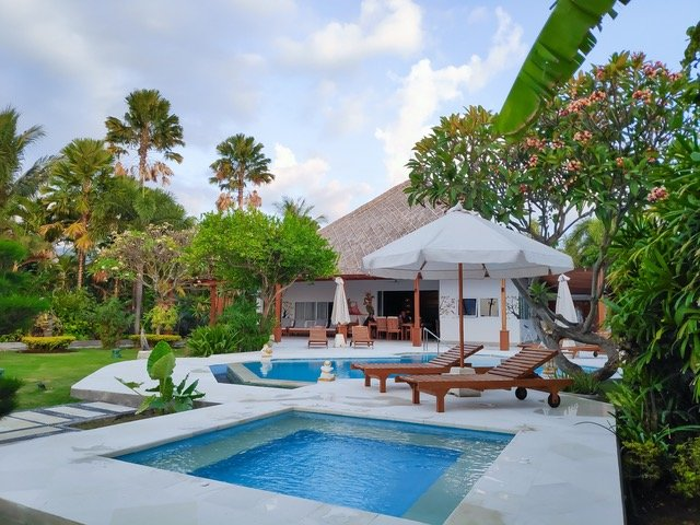 Villa Pantai - Luxury Beach Villa with Staff, Pool, Jacuzzi and Fitness Studio, holiday rental in Lovina Beach
