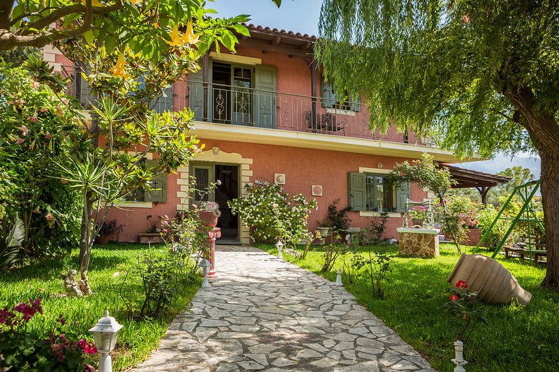 Best villas Kefalonia: 3 bedroom traditional Greek house, amazing sea view – semesterbostad i Spartia