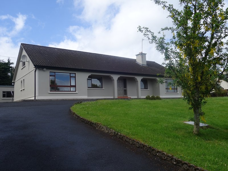 The Rocks, Sandyhill, Westport. 5 double bedrooms, Sleeps 10 - Entire house, vacation rental in County Mayo