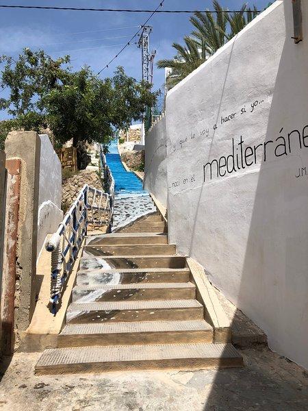 Escalier à côté du bâtiment de la promenade à la rue principale; richement décoré par les résidents Ass'c.
