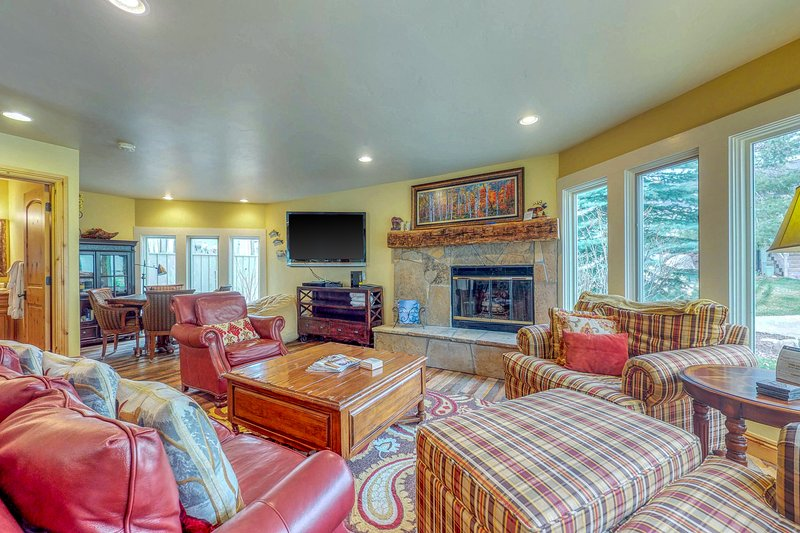 Marvelous riverfront home with private hot tub & easy ski access!, holiday rental in Beaver Creek