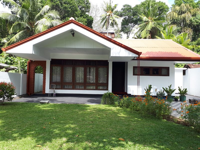 Sunil's House. ( Rate is for the Whole house), holiday rental in Gintota