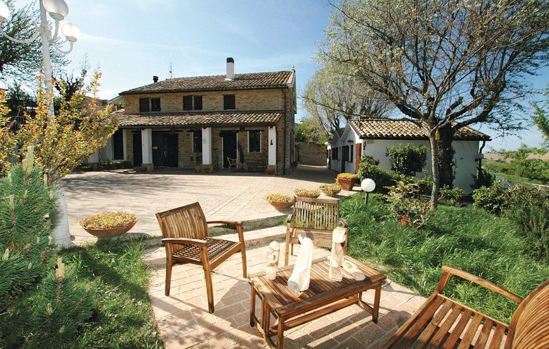 Amazing studio with pool access, vacation rental in Scapezzano