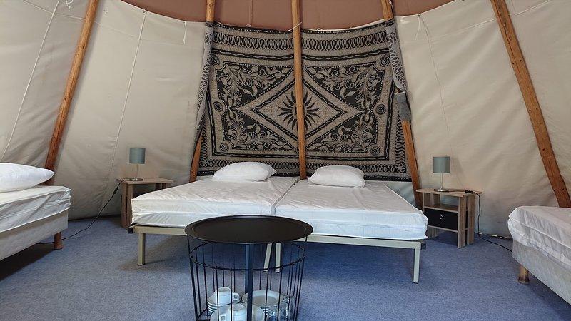 4 camas, mesitas de noche, lámparas