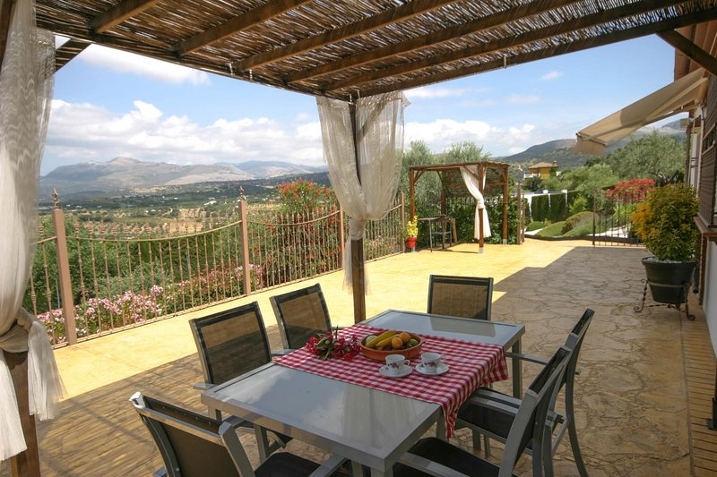 Ronda Villa Sleeps 5 with Pool and WiFi - 5604505, casa vacanza a Benaoján