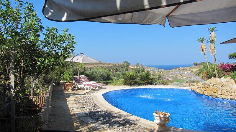 Ruhig gelegenes Farmhaus mit Pool, angelegtem Garten und Meeresblick, vacation rental in San Lawrenz