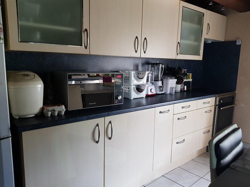 MAISON DE VILLAGE 100M2  AVEC JARDIN, holiday rental in Vaux-en-Beaujolais