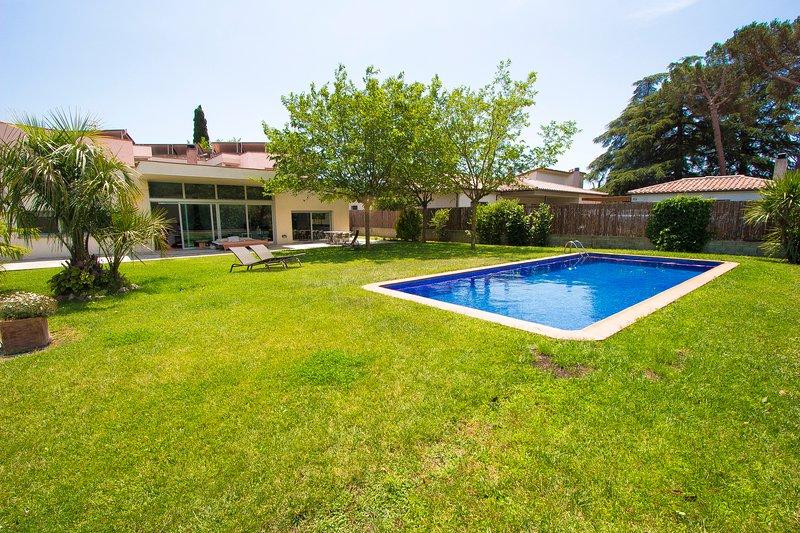 Catalunya Casas: Modern Villa Montseny in Catalonia, 55 km to Barcelona!, casa vacanza a Breda