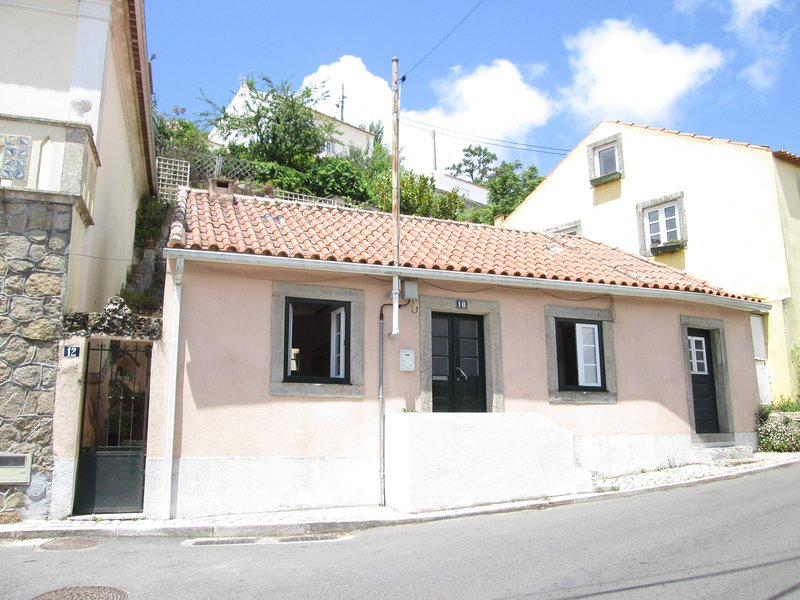 Nice house with garden & terrace, holiday rental in Mem Martins
