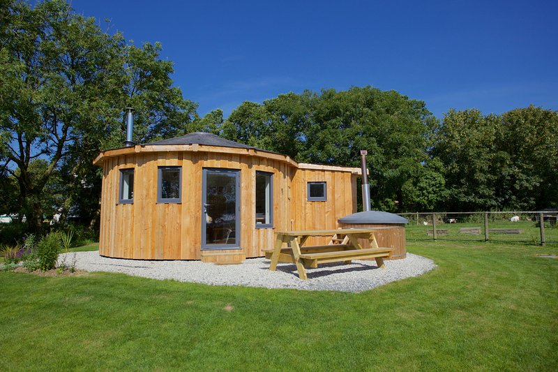 The Ocean Room Roundhouse, East Thorne - A family friendly retreat with hot tub, location de vacances à Bradworthy