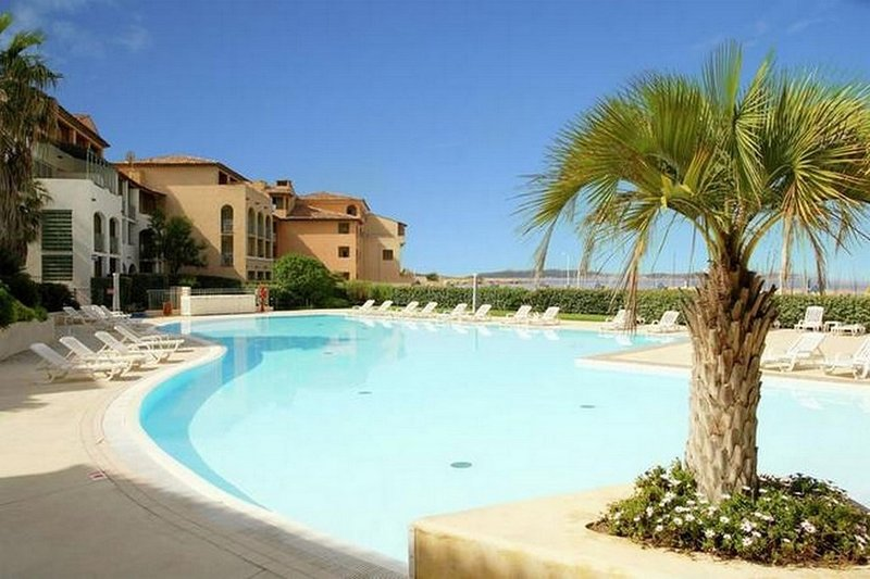 Blue Lagoon - Sea, Pool, Beach & Club House, holiday rental in Six-Fours-les-Plages