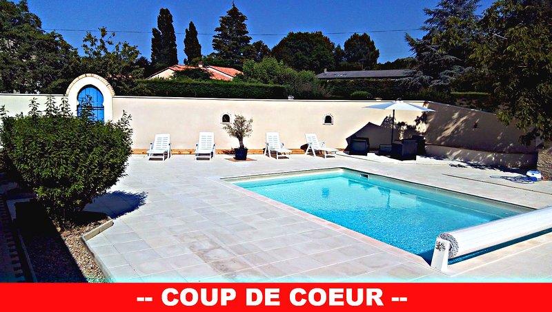 Gite touristique avec piscine et aire de jeux, holiday rental in Douzillac