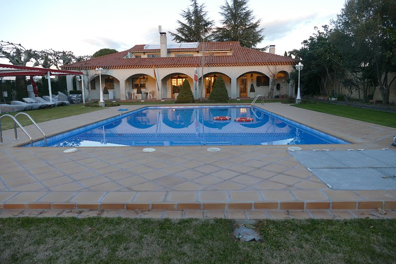 Amazing house for 10 holidaymakers, location de vacances à Almenara de Tormes