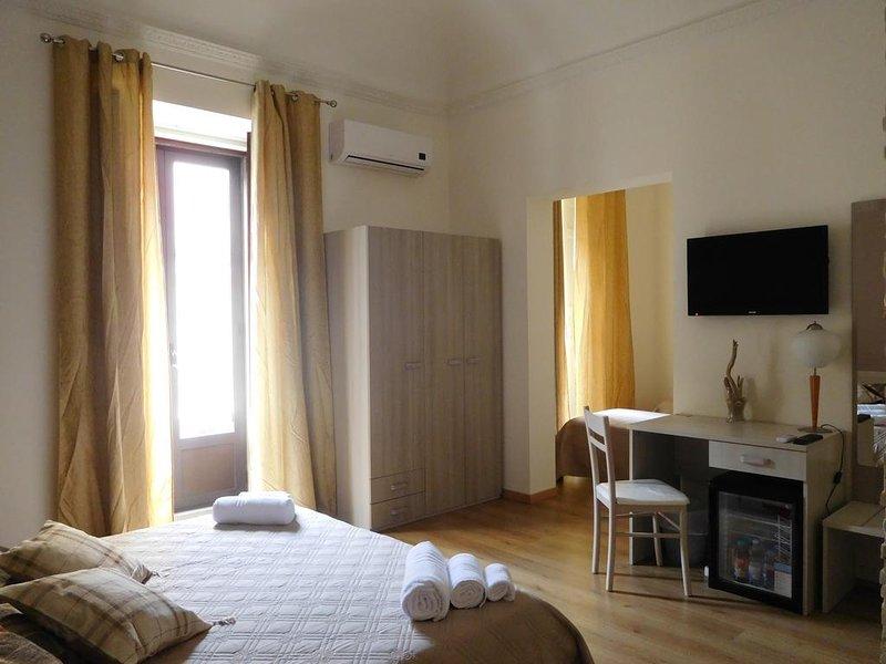 Amazing apt for 11 holidaymakers, holiday rental in Sant'Agata li Battiati